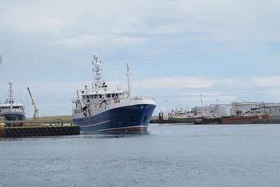Chalutier bleu dans le port de Höfn