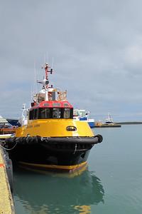 Remorqueur jaune dans le port de Höfn.