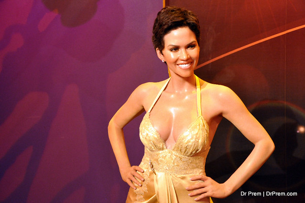 Halle Berry - Hollywood's Wax Museum - Madame Tussaud's - A Must Watch in LA. It is the longest wax museum in USA and it has been in operation since 1965. Halley berry started her carrer with fashion modeling and later she became the american actress. X-men, Monster's Ball, Die Another Day, Perfect Stranger, X-Men United, Catwomen, Gothika, Things we lost the fire and Swordfish are 10 most successul movie of Halley Berry.