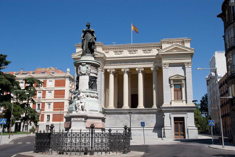 Estatuta de Maria Cristina de Borbón y parte trasera del Casón del Buen Retiro (Madrid) España