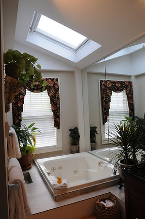 Marblehead:<br /> A bathroom with whirlpool bath at Harbor Light Inn.<br /> Photo by Ken Yuszkus/Salem News, Wednesday, May 19, 2010.