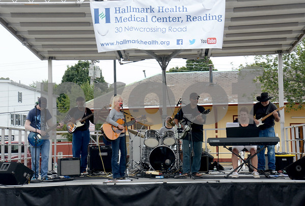 JIM VAIKNORAS/Staff photo The Leftovers perform at the Reading Fall Street Fair on Haven Street.