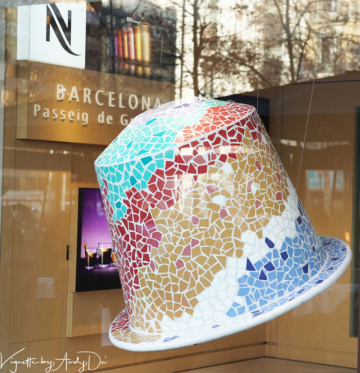 Chanced upon this 'Ceramic Hat' which appeared to be a worthy tribute to BARCELONA and her prodigal son ANTONI GAUDI Viva L'Espana!