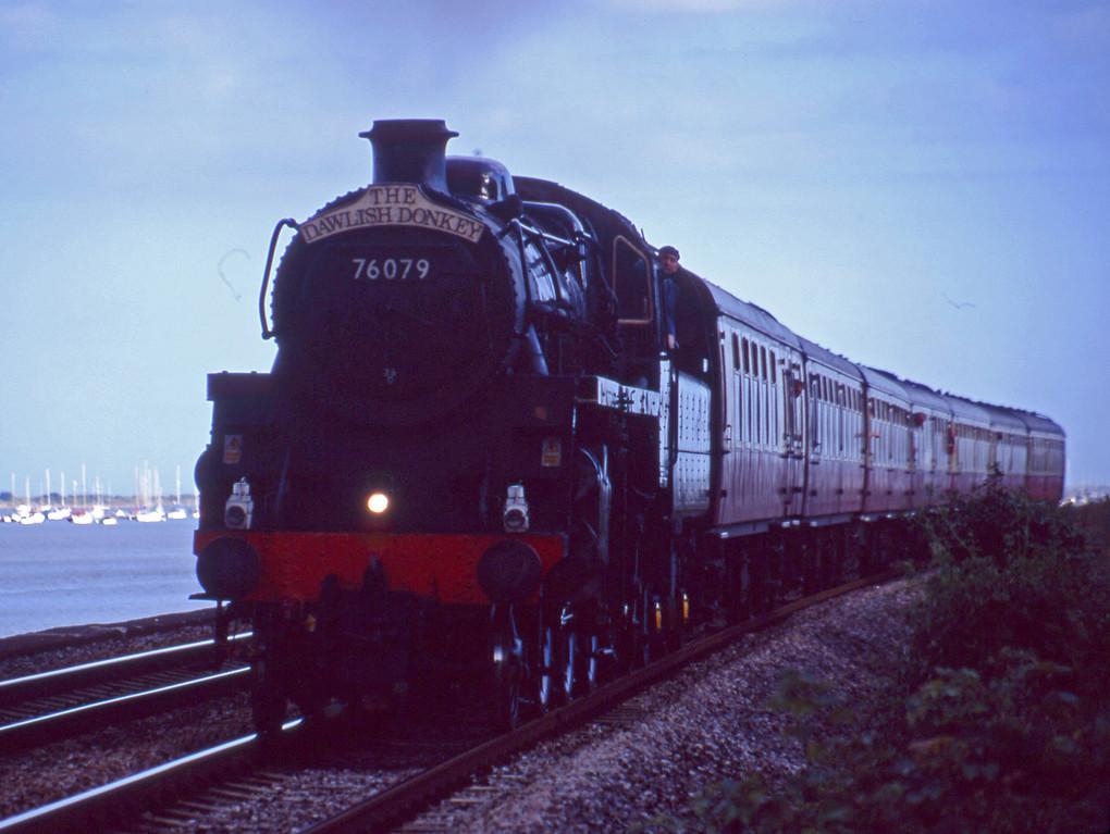 76079, 17.40 Paignton-Exeter St David's, Powderham, near Exeter, 20-8-01.