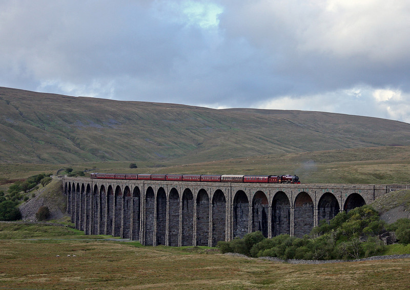 5690/37685, 15.15 Carlisle-Hellifield-Lancaster, The Fellsman, Ribblehead Viaduct, 15-9-10,