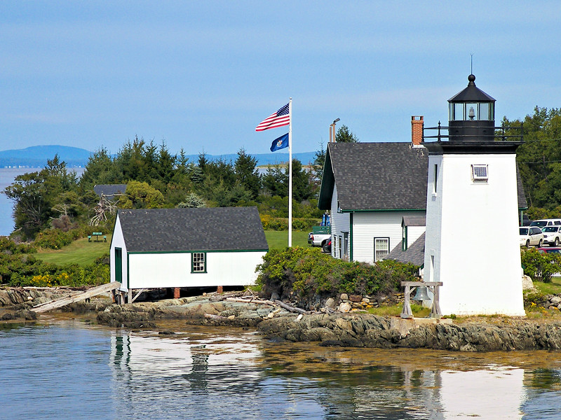 In 1850 the government erected a 1½ story brick keepers dwelling.  A lantern was built in the middle of the dwelling roof which utilized a system of oil lamps with reflectors.  The cost of the lighthouse was $3,100.