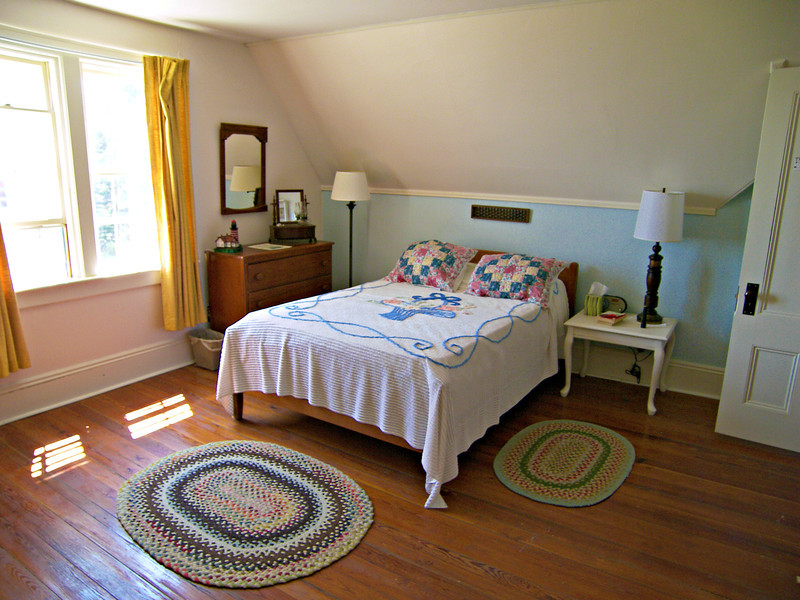 **Keepers bedroom** During World War I the station was used by the U.S. Navy as a signal station.  During this time a telephone line was run to the island allowing communication with the mainland.