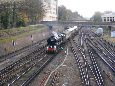 35028 confuses the shoppers in Croydon while waiting for the signal to clear