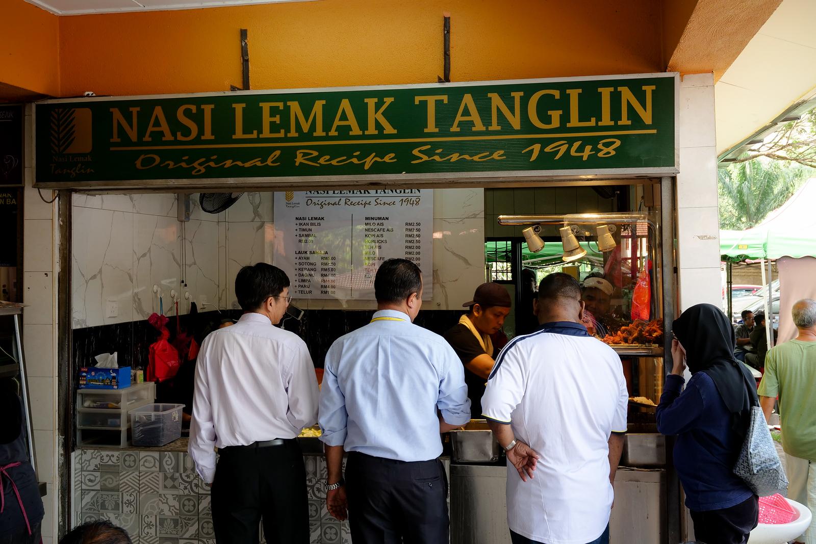 自1948年以来打开,这家餐厅是在马来西亚吉隆坡的Nasi Lemak的着名地点