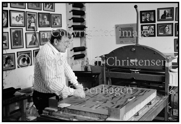Kiunstneren Kai Linnemann laver stentryk pa UM Grafik 1989
