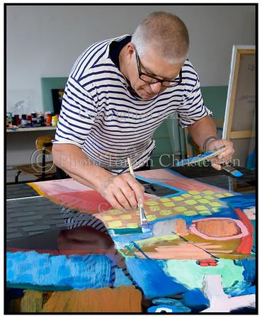 Kunstmaler Leif Sylvester maler glasmalerier i sit atelier på Amager