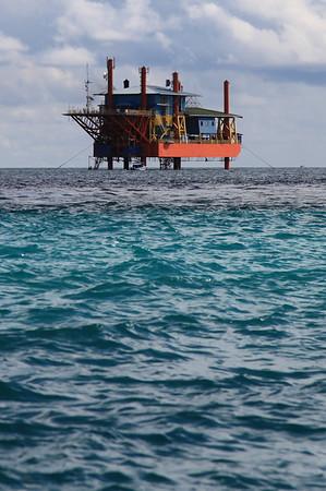 Platforma wiertnicza, przywieziona z Brunei służy za bazę nurkową i hotel