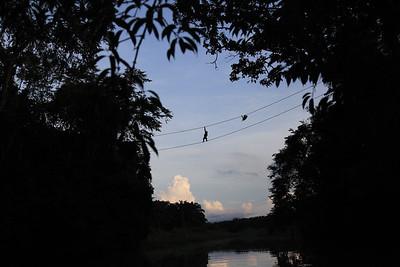 Przeprawa przez rzekę po specjalnie dla nich zawieszonych łańcuchach