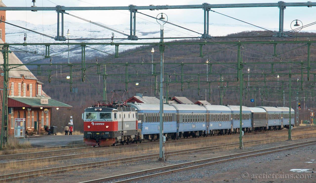 Connex SSRT Rc6 1326 Tåg 94 Abisko st. 2005-11-05 by TS