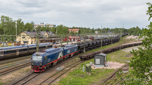 LKAB Iore 104 Gallivaare + 126 Sandskar with loaded F050s  in service 9957 at  Luleå C 2016-06-04 13:52. Photo: Staale Ualand.