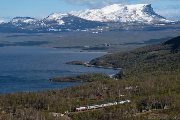 SJ SSRT Rc6 in passenger service 96 towards Bjorkliden st. at Lake Tornetrask, Abisko community in background. Captured 2016-06-11 16:56 by Terje Storjord.