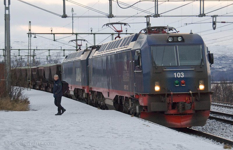 MTAB Iore 103+104 Bjorkliden st. Norwegian/Swedish driver exchange 2005-11-05 by TS