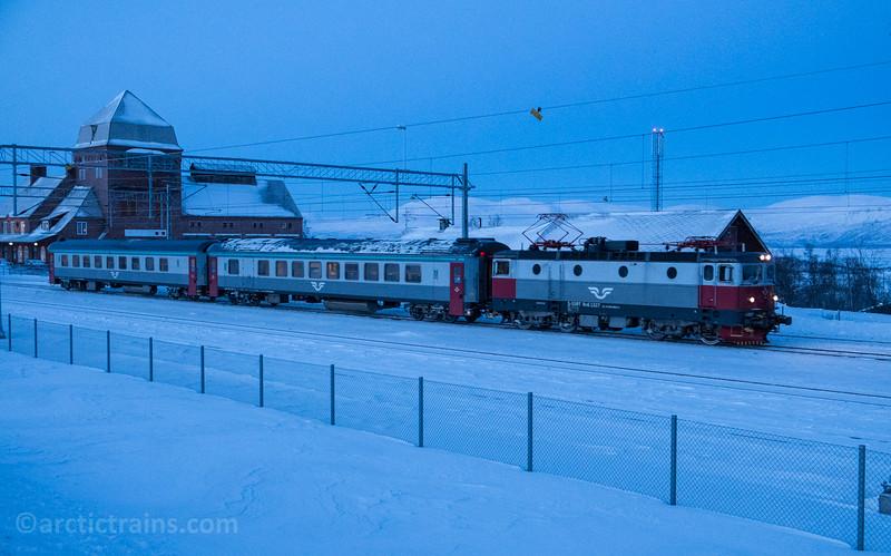 SJ SSRT Rc6 Passenger service no 95 Narvik - Luleaa at Abisko st 2015-01-15