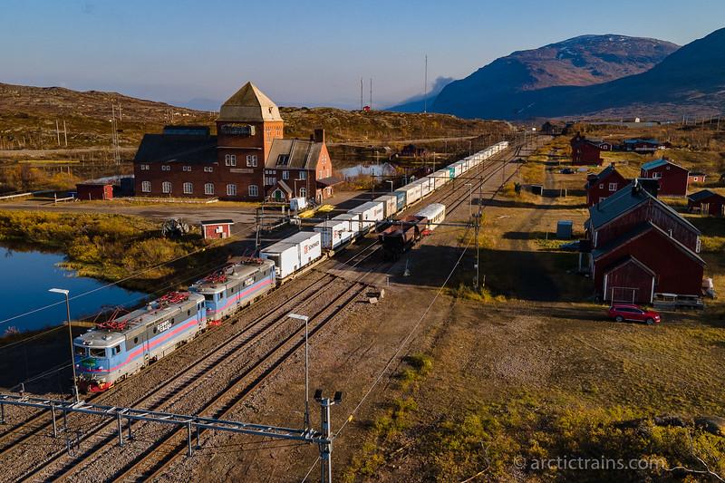 Green Cargo Rc 4 1160 and 1173 in service 66176 towards Narvik at Vassijaure st. 2020-10-04 13:46 (Photo: Terje Storjord)