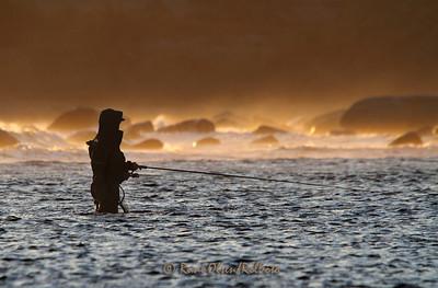 Fluefiske i kuling og solnedgang