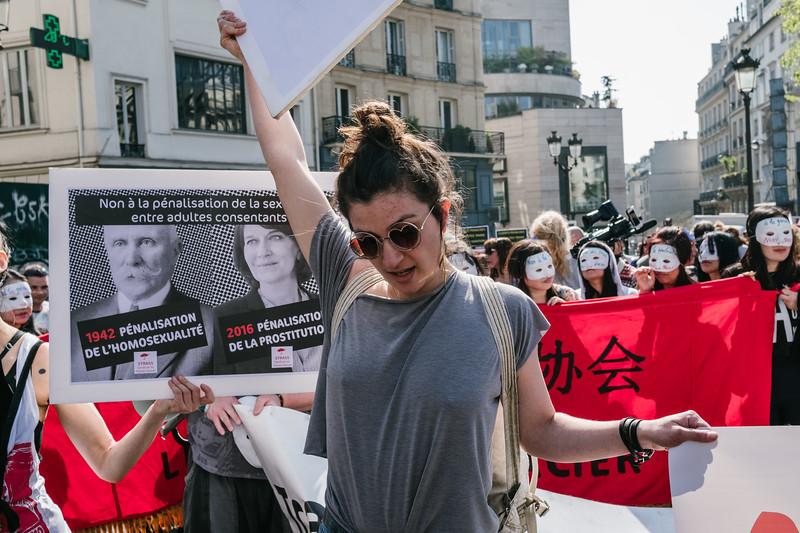 Des dizaines de prostituées hommes et femmes se sont rassemblées samedi  08 avril à Paris à Pigalle pour défendre leurs droits contre la pénalisation de leurs clients.