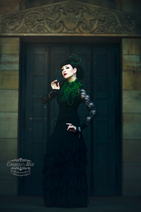 Model: Crescentia Moon Collier + Fascinator: Viola Odorata Skirt: Heavy Red