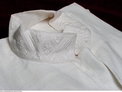 Mannsbunad fra Løken med håndbrodert linskjorte