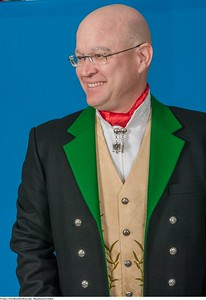 Mannsbunad fra Løken med svart kort jakke