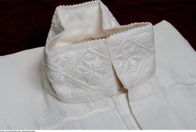 Mannsbunad fra Løken med silkeskjerf i halsen som står til bunaden