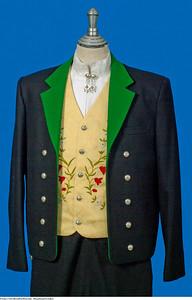 Mannsbunad fra Løken har grønne jakkeslag