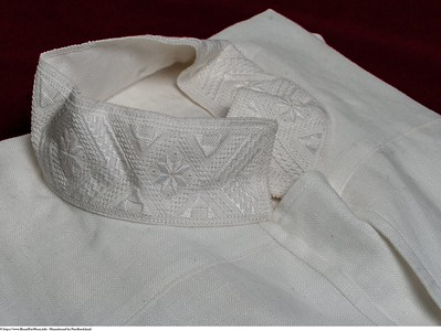 Mannsbunad fra Nordhordaland har håndbrodert skjorte