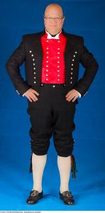 Mannsbunad fra Nordmøre med kort, svart jakke