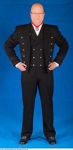 Mannsbunad fra Numedal med svart kort jakke