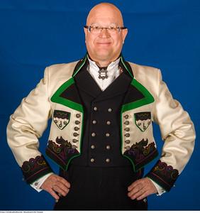 Mannsbunad fra Øst-Telemark med hvit brodert kort jakke