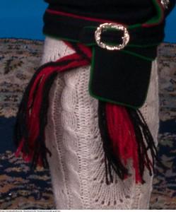 Mannsbunad fra Øst-Telemark med svart jakke og røde biser samt hosebånd