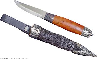 Mannsbunad fra Øst-Telemark med svart jakke og røde biser Tradisjonell Telemark kniv med sølv dekor på holk og slire. Telemark kniven er håndsmidd med utskåret slire av lær i tradisjonell mønster.
