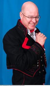 Mannsbunad fra Øst-Telemark med svart jakke og røde biser samt filigran Hornring i sølv