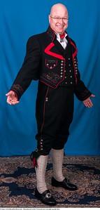 Mannsbunad fra Øst-Telemark med svart jakke og røde biser samt brodert linskjorte