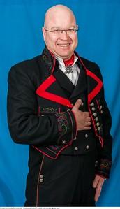 Mannsbunad fra Øst-Telemark med svart jakke og røde biser samt  lang bukse