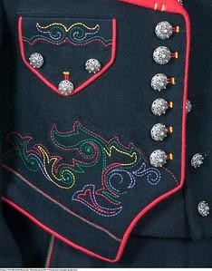 Mannsbunad fra Øst-Telemark med svart jakke og røde biser samt vart ullvest