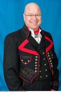 Mannsbunad fra Øst-Telemark med svart jakke og røde biser samt svart brodert kort jakke