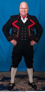 Mannsbunad fra Øst-Telemark med svart jakke og røde biser samt silkesjerf
