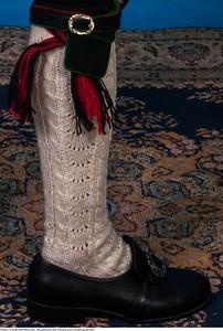 Mannsbunad fra Øst-Telemark med svart jakke og røde biser samt håndstrikkede strømper og hosebånd