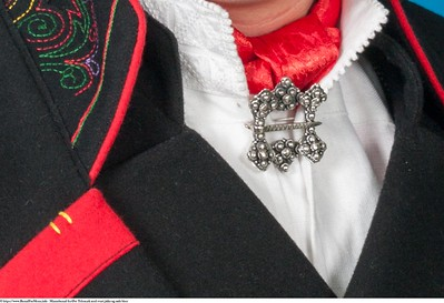 Mannsbunad fra Øst-Telemark med svart jakke og røde biser samt kort bukse
