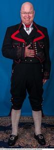 Mannsbunad fra Øst-Telemark med svart jakke og røde biser samt filigran mansjett knapper i sølv