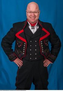 Mannsbunad fra Øst-Telemark med svart jakke og røde biser samt håndlagde Filigran sølv knapper
