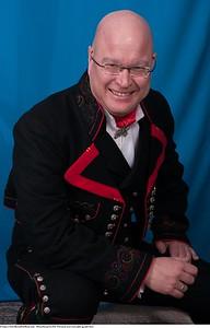 Mannsbunad fra Øst-Telemark med svart jakke og røde biser