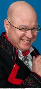 Mannsbunad fra Øst-Telemark med svart jakke og røde biser samt håndbroderte bukseseler