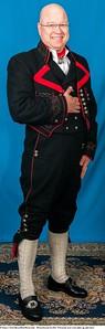 Mannsbunad fra Øst-Telemark med svart jakke og røde biser samt nikkers