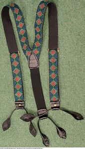 Mannsbunad fra Øst-Telemark med svart jakke og røde biser Håndbroderte bukseseler til mannsbunad